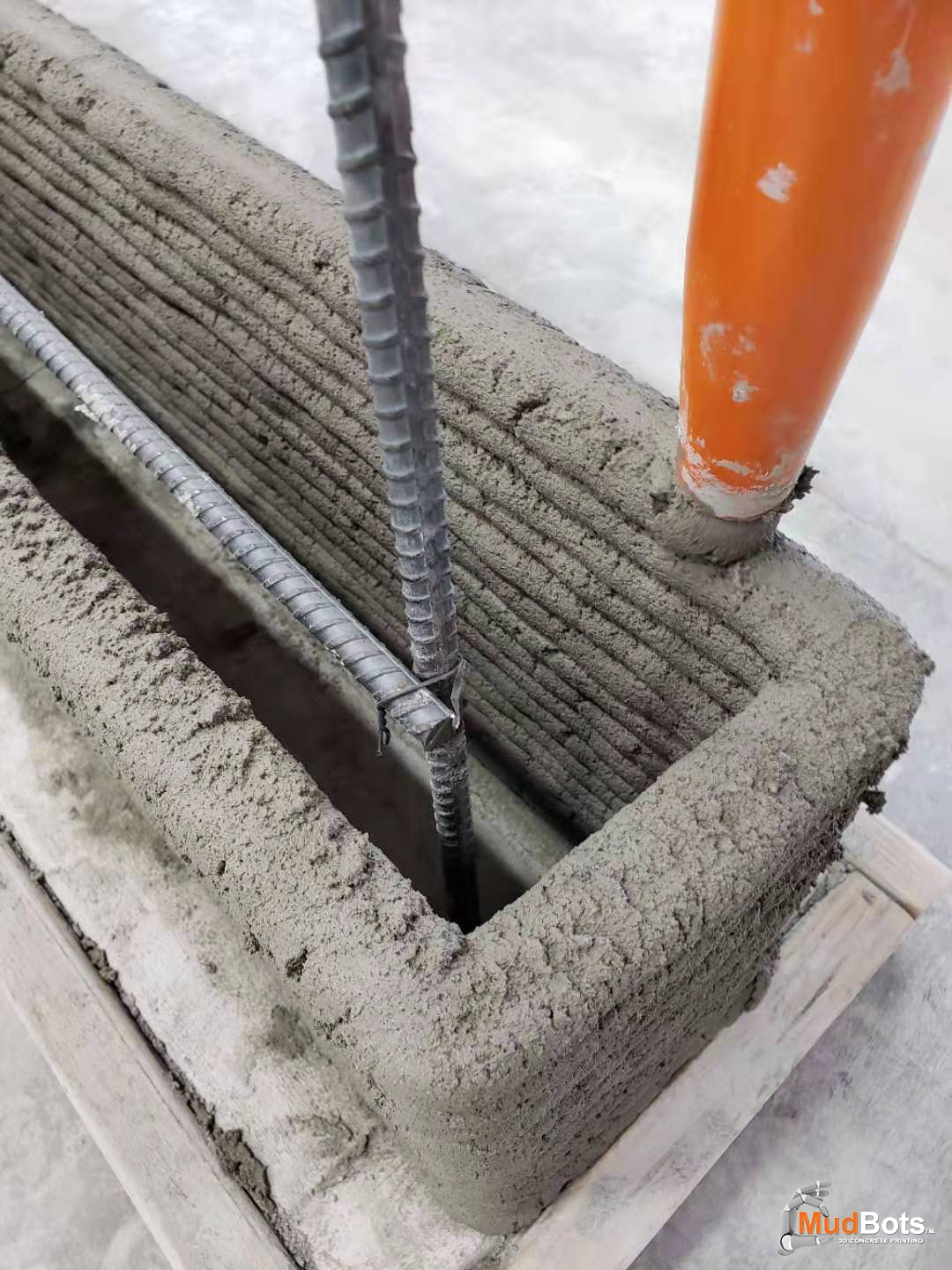 Layer by layer concrete printing around rebars or reinforcement bars